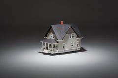 Maison à vendre sur le fond gris Photographie stock