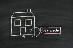 Maison à vendre sur le tableau noir images libres de droits