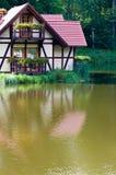 Maison écologique sur le lac image stock