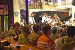Maison保守主义者与Dixieland带的爵士乐俱乐部和执行在酒吧后的晚上的喇叭演奏员与饮用的顾客在法国Q 免版税图库摄影