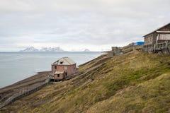 Maison abandonnée dans Barentsburg, règlement russe dans le Svalbard Image stock