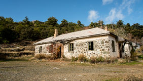 Maison abandonnée dans les montagnes Photo stock