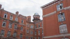 Maison abandonnée et de décomposition dans la cour Proletarka de Tver Photo stock
