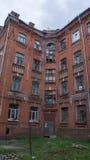 Maison abandonnée et de décomposition dans Tver Photo stock