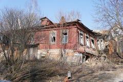 Maison abandonnée et expulsée dans la ville provinciale de Zaraysk Images libres de droits
