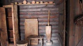 Maison abandonnée inhabitée d'ancients dans une caverne en pierre foncée avec de vieux articles de ménage : lit et berceau banque de vidéos