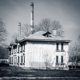 Maison abandonnée - noire et blanche Photo stock