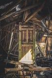 Maison abandonnée par intérieur de porte Photos stock