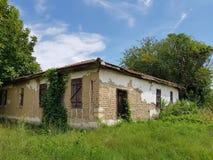 Maison abandonnée stupéfiante de village en Bulgarie images libres de droits