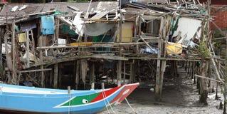 Maison abandonnée sur des échasses avec le bateau Photo stock