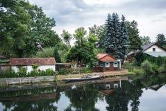 Maison allemande traditionnelle près du canal Photographie stock libre de droits