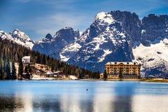 Maison alpine près de lac Images stock