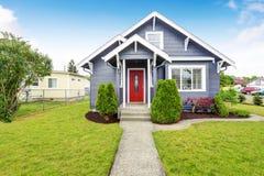 Maison américaine classique avec l'équilibre de voie de garage et la porte d'entrée rouge Image stock