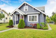 Maison américaine classique avec l'équilibre de voie de garage et la porte d'entrée rouge Images libres de droits