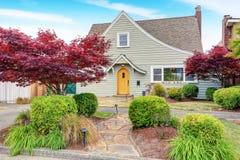 Maison américaine classique extérieure avec le paysage gentil desing Photo stock