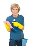 Maison aînée gaie de nettoyage Photo stock