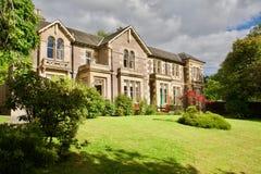 Maison anglaise typique avec le jardin Images libres de droits