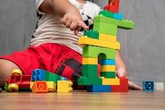 Maison asiatique de bâtiment de garçon d'enfant Photo stock