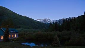 Maison au crépuscule dans la vallée Photos stock