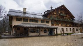 Maison autrichienne d'héritage de cabine alpine photo stock