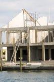 Maison avant de l'eau en construction Image stock