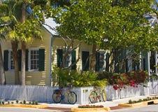 Maison avec des bicyclettes Photo libre de droits