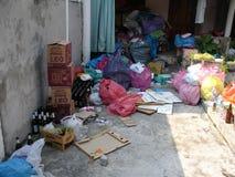 Maison avec des déchets image stock