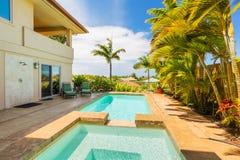 Maison avec la piscine et baquet chaud au coucher du soleil Photo stock