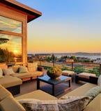 Maison avec la vue extérieure de patio et de coucher du soleil Image libre de droits