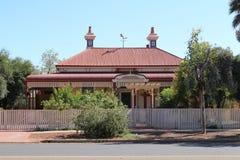 Maison avec le toit rouge dans Kalgoorlie dans l'Australien occidental à l'intérieur photo libre de droits