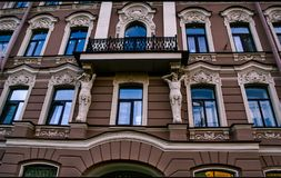 maison avec Windows bleu et les voûtes arrondies Photos stock