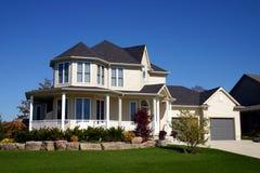 Maison beige avec la tourelle. Photos libres de droits