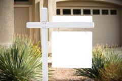 Maison blanc à vendre le signe Image stock