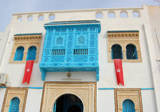 Maison blanc-bleue traditionnelle de kairouan. Images libres de droits
