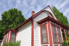 Maison blanche avec l'équilibre rouge Photo stock