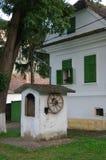 Maison blanche avec la fleur et la fontaine rouges Photo stock