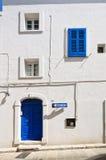 Maison blanche avec le bleu photo libre de droits