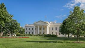 Maison blanche avec le ciel bleu Images libres de droits