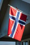 Maison blanche avec le drapeau dans la vieille partie de Stavanger, Norvège Images libres de droits