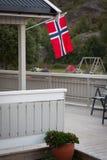 Maison blanche avec le drapeau dans la vieille partie de Stavanger, Norvège Image libre de droits