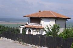 Maison blanche avec le toit carrelé dans les montagnes photographie stock libre de droits