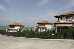 Maison blanche avec le toit carrelé dans les montagnes photo stock