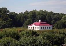 Maison blanche avec le toit rouge Photo stock