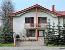 maison blanche avec le toit rouge image stock image du orange maison 9617251. Black Bedroom Furniture Sets. Home Design Ideas