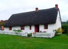 Maison blanche couverte de chaume anglaise Photo libre de droits
