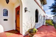 Maison blanche de type espagnol avec le porche rouge Images libres de droits
