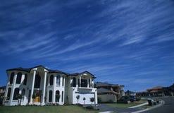 Maison blanche et ciel bleu Photos stock