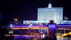 Maison blanche la nuit, métro de mouvement au-dessus du pont à travers la rivière à Moscou banque de vidéos
