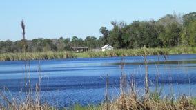 Maison blanche sur le lac images libres de droits
