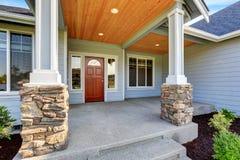 Maison bleu-clair de voie de garage Porche avec les colonnes basses en pierre Images stock